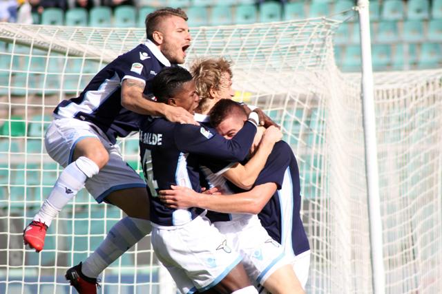 Hráč Lazia Sergej Milinkovič-Savič(vpravo) oslavuje so spoluhráčmi gól do bránky Palerma vo futbalovom zápase talianskej ligy Serie A Palermo - Lazio Rím