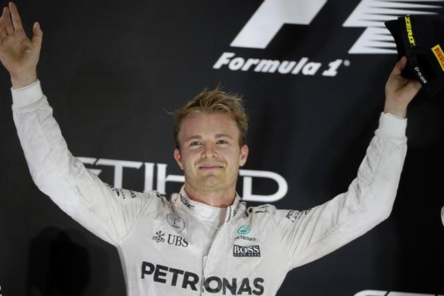 Nemecký pilot F1 na Mercedese Nico Rosberg oslavuje na pódiu po tom, ako sa stal majstrom sveta Formuly 1 po pretekoch nedeľňajšej Veľkej ceny Abú Zabí na okruhu Yas Marina v Abú Zabí