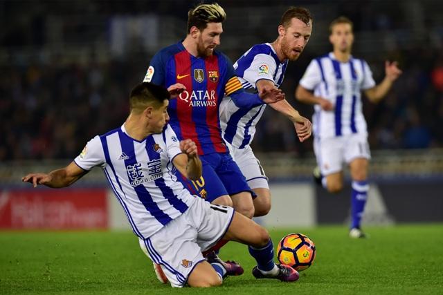 Hráči Realu Sociedad Yuri Berbiche (vľavo) a David Zuturuza v súboji o loptu s Lionelom Messim z FC Barcelony v 13. kole španielskej La Ligy