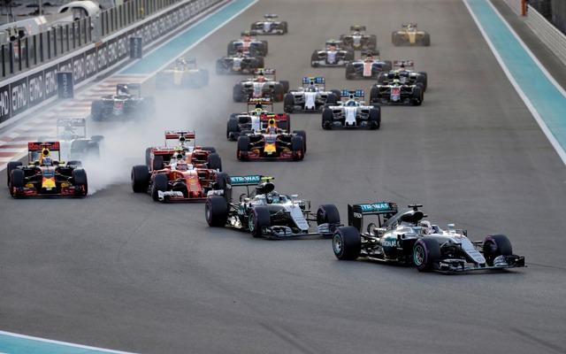 Britský pilot F1 na Mercedese Lewis Hamilton (vpravo) vedie pred svojím tímovým kolegom Nemcom Nicom Rosbergom počas pretekov nedeľňajšej Veľkej ceny Abú Zabí na okruhu Yas Marina v Abú Zabí