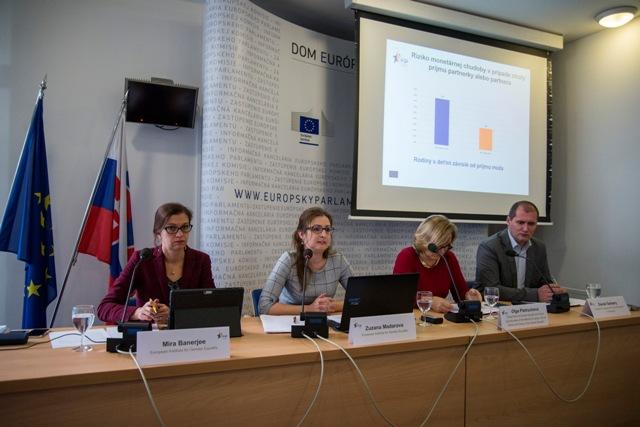Na snímke zľava Mira Banerjee a Zuzana Maďarová z Európskeho inštitútu pre rodovú rovnosť (EIGE), Oľga Pietruchová z odboru rodovej rovnosti Ministerstva práce, sociálnych vecí a rodiny SR a Daniel Gerbery z Inštitútu pre výskum práce a rodiny počas tlačovej konferencie - Ako súvisí chudoba s rodovou nerovnosťou