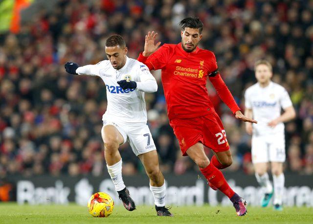 Hráč Liverpoolu Emre Can (vpravo) a Kemar Roofe z Leeds United počas štvrťfinálového zápasu anglického Ligového pohára
