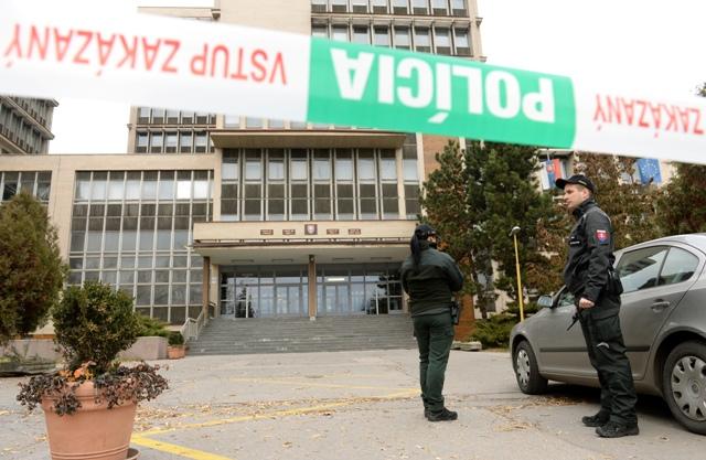 Na snímke evakuácia budovy súdov v Košiciach