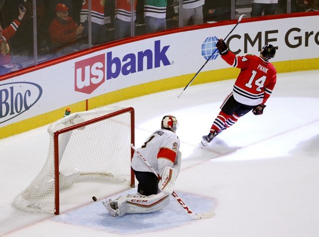 Na snímke slovenský hráč Chicaga Richard Pánik (vľavo) oslavuje svoj gól v zápase zámorskej NHL Florida Panthers - Chicago Blackhawks v Chicagu