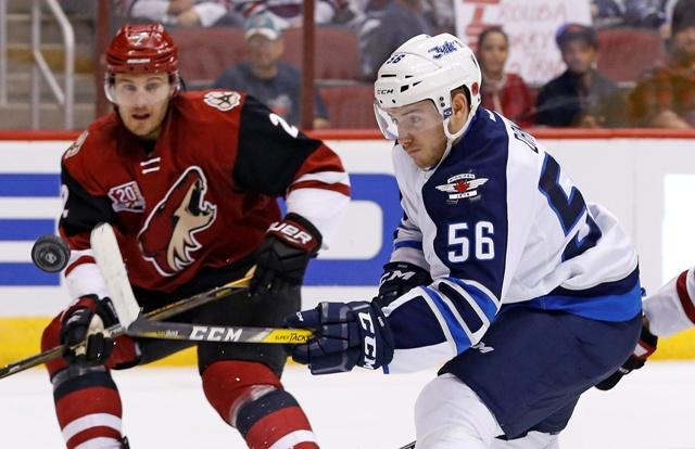 Na snímke hokejista Winnipegu Jets Slovák Marko Daňo (vpravo)