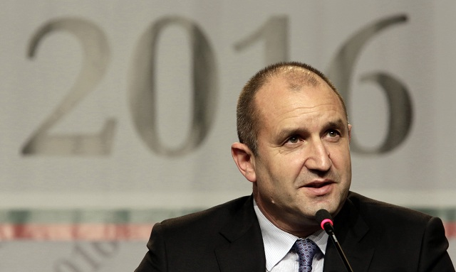 Víťazom prvého kola prezidentských volieb v Bulharsku sa zrejme stal nestraník Rumen Radev