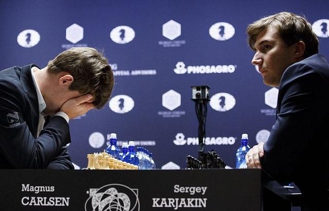 Na snímke vľavo Magnus Carlsen  a Sergej Karjakin