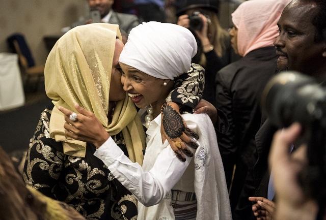 Na snímke vpravo bývalá utečenka a aktivistka Ilhan Omarová