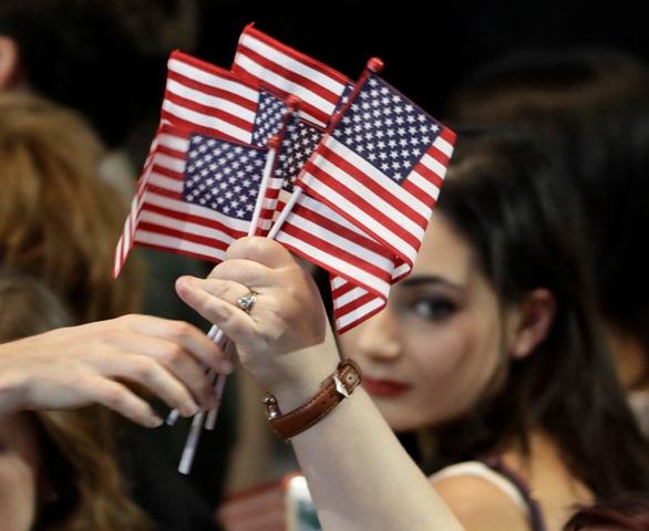 Na archívnej  snímke žena drží americké vlajky počas Volebnej noci v New Yorku