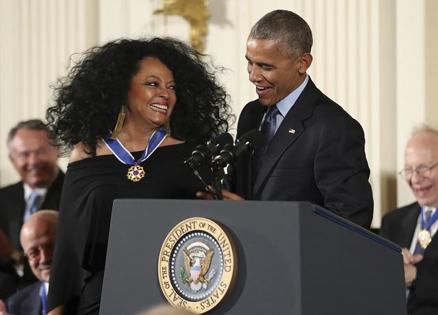 Zo sveta kultúry a umeleckého priemyslu si medailu prevzali tvorca zábavnej šou Saturday Night Live Lorne Michaels, herci Robert DeNiro a Robert Redford a herečka Cicely Tysonová, ako aj speváčka Diana Rossová. Na snímke dosluhujúci americký prezident Barack Obama a Diana Rossová