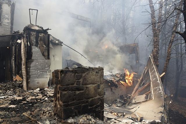 V dôsledku požiarov pustošiacich oblasť obľúbeného Národného parku Great Smoky Mountains v americkom štáte Tennessee už úrady evakuovali tisícky obyvateľov a turistov
