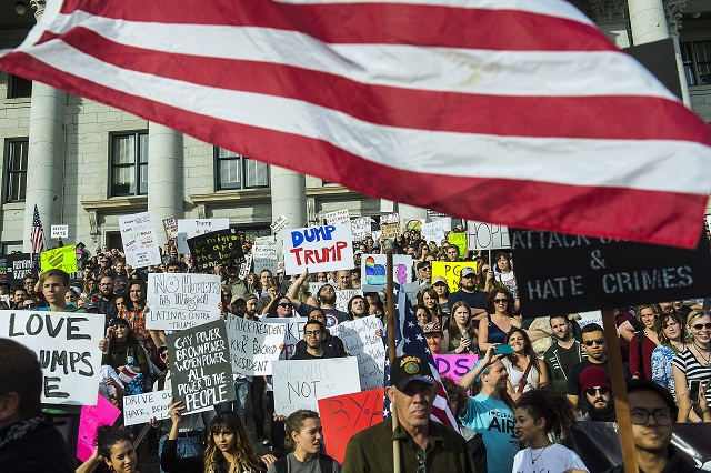 Davy demonštrantov vyšli do ulíc miest v Kalifornii tesne po voľbách, aby vyjadrili hnev zo zvolenia Donalda Trumpa za prezidenta USA