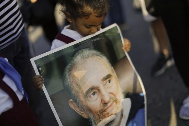 Kubánci sa na Námestí revolúcie rozlúčili s Fidelom Castrom