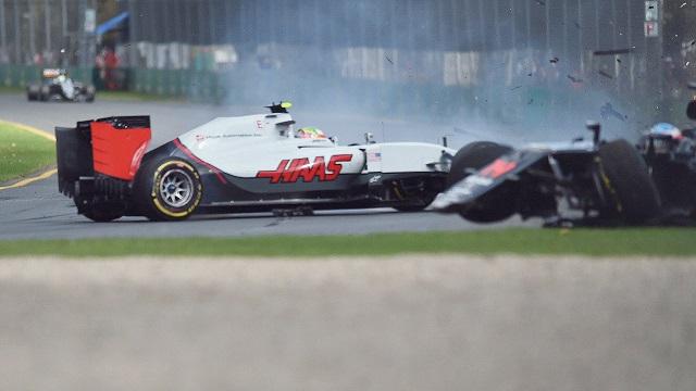 retekár F1 Mexičan Esteban  Guttierez (vľavo) zo stajne Haas a pretekár F1 Španiel Fernando Alonso počas zrážky na Veľkej cene Austrálie