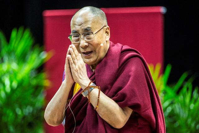 Na snímke Dalajláma