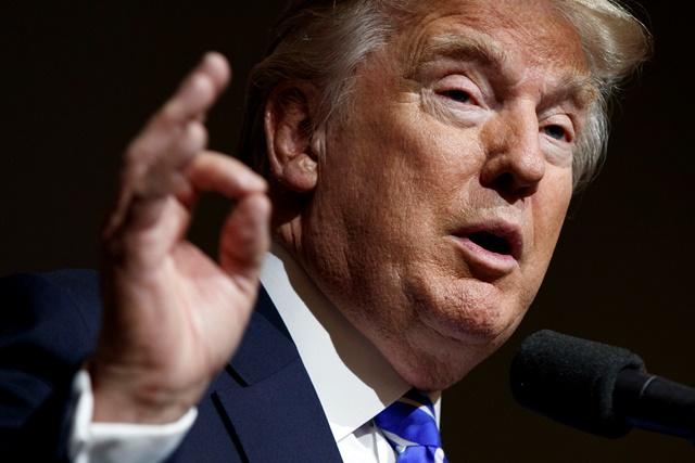 """New York 22. novembra (TASR) - Dezignovaný americký republikánsky prezident Donald Trump v prvý deň svojho funkčného obdobia nariadi stiahnutie Spojených štátov z Transpacifického partnerstva (TPP). Oznámil to vo videu, v ktorom načrtol svoje plány v prvých 100 dňoch vlády a bolo v pondelok zverejnené na portáli YouTube v rámci nového kanála Transition 2017.       Plánovanú obchodnú dohodu združujúcu 12 krajín označil Trump za """"potenciálnu katastrofu"""" pre USA. Namiesto nej prisľúbil """"spravodlivé, bilaterálne obchodné dohody, ktoré prinavrátia Amerike pracovné miesta a priemyselné odvetvia"""".       Vystúpenie z TPP je jedným z Trumpových predvolebných sľubov. Táto obchodná dohoda bola ústredným bodom agendy odchádzajúceho amerického prezidenta Baracka Obamu, ktorý ňou chcel posilniť väzby medzi USA a ázijsko-tichomorským regiónom. TPP nezahŕňa Čínu, keďže bola zamýšľaná ako protiváha druhej najväčšej svetovej ekonomiky. Jej ratifikácia Kongresom je plánovaná v januári ešte pred koncom Obamovho funkčného obdobia.       Obchodné dohody boli pritom dôležitou témou predvolebnej kampane. Mnohí Američania ich vinia zo straty pracovných miest a znižovania priemyselnej výroby.       """"Moja agenda bude sledovať veľmi jednoduchý princíp -  aby bola Amerika na prvom mieste,"""" hovorí Trump vo videu. Či už ide o výrobu ocele a automobilov alebo liečenie chorôb, budúci prezident chce, aby sa toto všetko dialo v USA, čím by vznikli pracovné miesta a bol by zabezpečený blahobyt pre amerických pracujúcich.       Vystúpenie z TPP chce Trump presadiť pomocou prezidentského dekrétu, ktorým môže obísť Kongres. Obama využíval tento kontroverzný nástroj v ostatných rokoch čoraz viac, keďže republikánmi ovládaný Kongres blokoval jeho zámery.       Rovnakým spôsobom chce Trump zrušiť obmedzenia v energetickom sektore, ktoré idú na úkor pracovných miest a produktivity. Spomenul pritom ťažbu ropy alebo zemného plynu zo sedimentov metódu tzv. frakovania (fracking) a """"čisté uhlie"""". Týmto spôsobom b"""