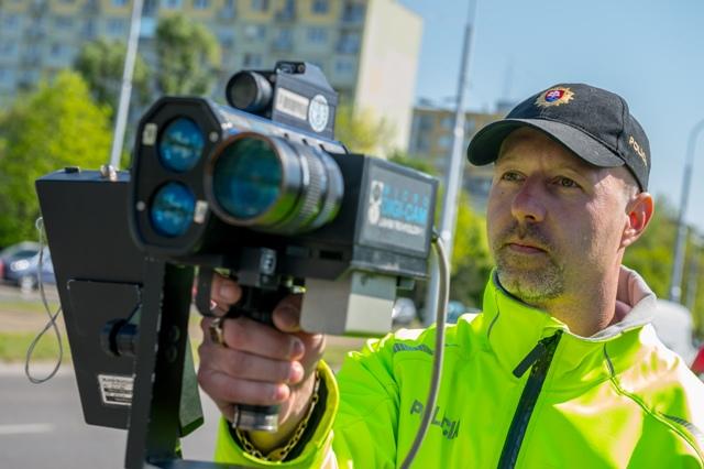 Na snímke príslušník dopravnej polície meria rýchlosť vozidiel