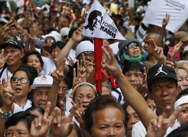 Na archívnej snímke stúpenci bývalého filipínskeho diktátora Ferdinanda Marcosa ukazujú znak víťazstva a skandujú počas zhromaždenia v Manile 8. novembra 2016 po tom, ako filipínsky najvyšší súd dnes rozhodol, že diktátor Ferdinand Marcos môže byť pochovaný na cintoríne vyhradenom pre hrdinov národa. Ide o veľmi kontroverzný verdikt, keďže Marcos je obviňovaný z porušovania ľudských práv i korupcie. Polemika o tom, či má byť pochovaný na národnom cintoríne, vyvoláva na Filipínach polemiku už dlhý čas