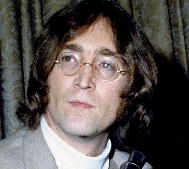 Na archívnej snímke z 13. mája 1968 John Lennon