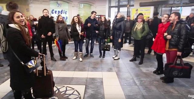 Na snímke z zoutube spev na stanici Zaporozje