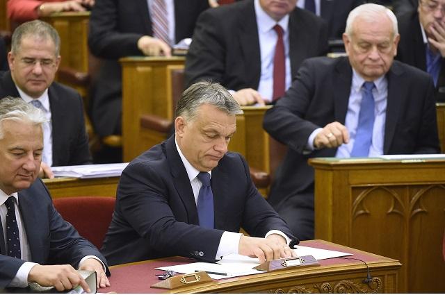 Maďarský premiér Viktor Orbán (uprostred)