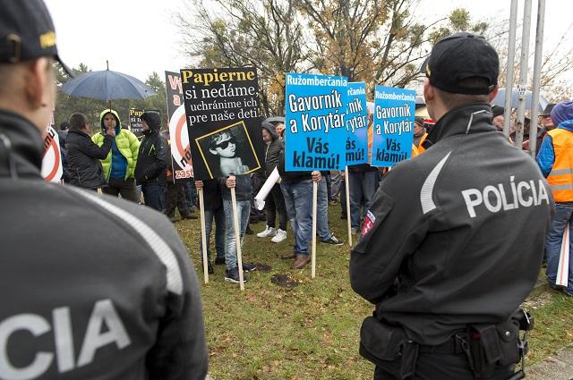 Na snímke nepovolená skupina, ktorá prišla narušiť protestné zhromaždenie poškodených a zamestnancov SCP Ružomberok pred Úradom vlády SR 16.novembra 2016 v Bratislave. Poškodení zamestnanci žiadajú o reprivatizáciu podielu Milana Fiľa na ružomberskej spoločnosti MONDI SCP a vyplatenie náhrady škody od štátnej spoločnosti MH Manažment. Následne pôjdu podať trestné oznámenie na Generálnu prokuratúru SR so žiadosťou o ochranu ich osôb
