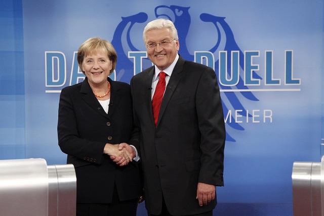 Na archívnej snímke nemecká kancelárka Angela Merkelová (vľavo) si podáva ruku s vicekancelárom Frankom-Walterom Steinmeierom