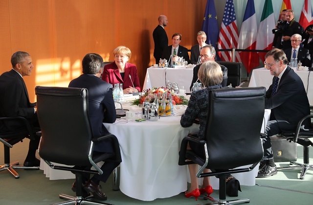 Na snímke tretia zľava  nemecká kancelárka Angela Merkelová sa  zúčastňuje stretnutia s americkým prezidentom Barackom Obamom, vľavo, francúzskym prezidentom Françoisom Hollandem (na snímke tretí vpravo), španielským predsedom vlády Marianom Rajoyom, vpravo, Britskou premiékou Theresou Mayovou ( na snímke , druhá vpravo) a talianským premiérom Matteom Renzim