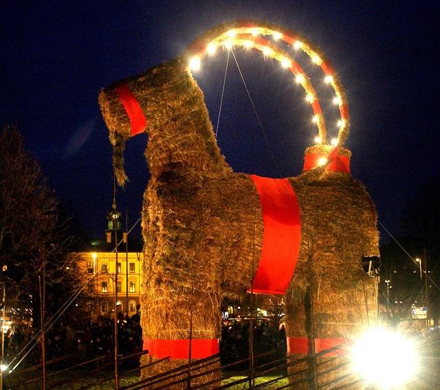 Vo Švédsku ani 50. výročie neušetrilo gävleskú vianočnú kozu jej obvyklého osudu
