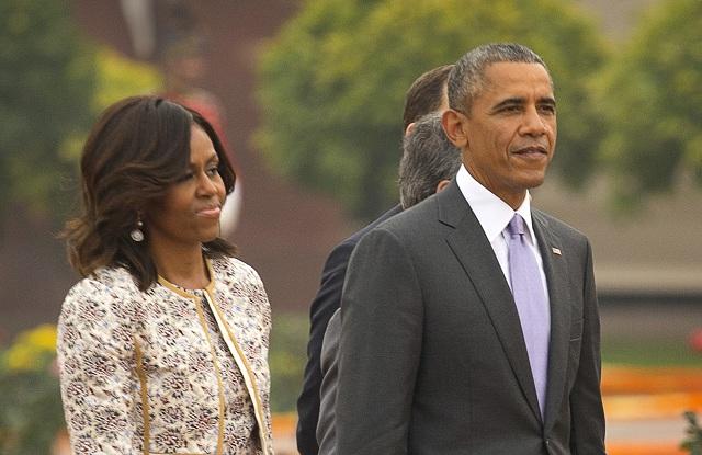 Na archívnej snímke dosluhujúci americký prezident Barack Obama (vpravo) a prvá dáma USA Michelle Obamová