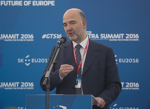 Na snímke eurokomisár pre ekonomické a finančné vzťahy Pierre Moscovici