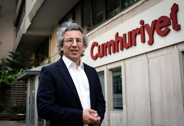 Na snímke šéfredaktor tureckého denníka Cumhuriyet (Republika) Can Dundar