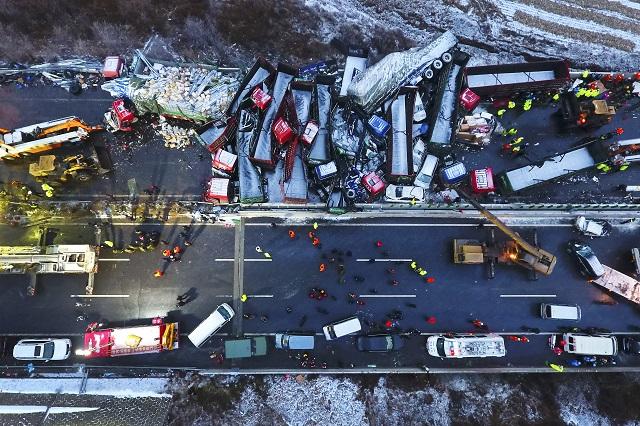 Záchranári pracujú neďaleko miesta hromadnej zrážky automobilov na diaľnici v čínskej provincii Šan-si 21. novembra 2016. Hromadná zrážka na diaľnici v severnej Číne si vyžiadala v pondelok 17 mŕtvych a 37 zranených. K nehode došlo v provincii Šan-si za nepriaznivého zimného počasia, pričom sa na klzkej vozovke zrazilo až 56 vozidiel