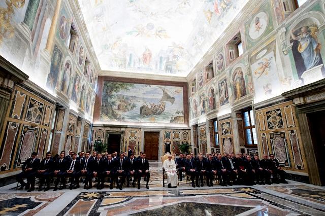 Pápež František počas súkromnej audiencie s nemeckým futbalovým tímom 14. novembra 2016 vo Vatikáne. Nemecko odohrá 15. novembra priateľský zápas proti Taliansku