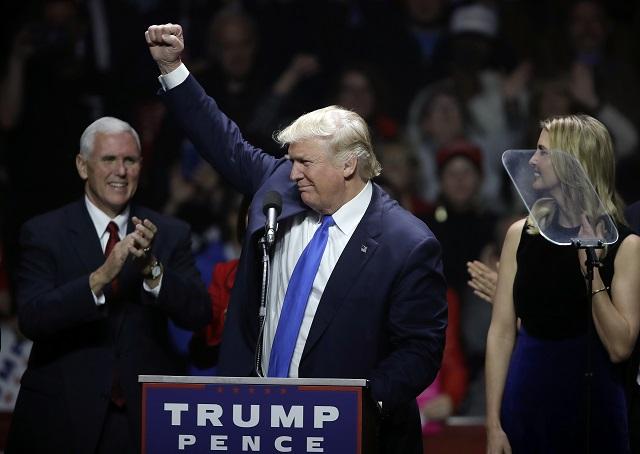 Na snímke uprostred novozvolený americký prezident Donald Trump
