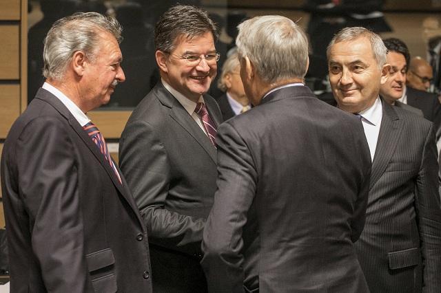 Na archívnej snímke šéf luxemburskej diplomacie Jean Asselborn (vľavo), šéf slovenskej diplomacie Miroslav Lajčák (druhý zľava), francúzsky minister zahraničných vecí Jean-Marc Ayrault a jeho rumunský rezortný kolega Lazar Comanescu sa rozprávajú počas stretnutia ministrov zahraničných vecí EÚ