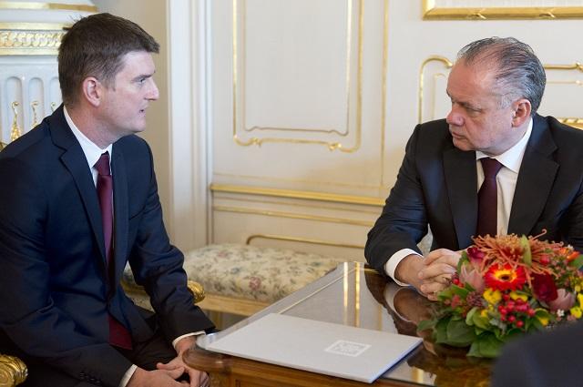 Na snímke vpravo prezident SR Andrej Kiska a vľavo Tibor Menyhart počas vymenovania za predsedu Protimonopolného úradu SR 9. novembra 2016 v Prezidentskom paláci v Bratislave