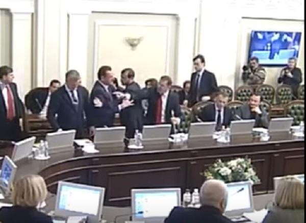 V Ukrajinskom parlamente lietali päste, kvôli návštevám Moskvy