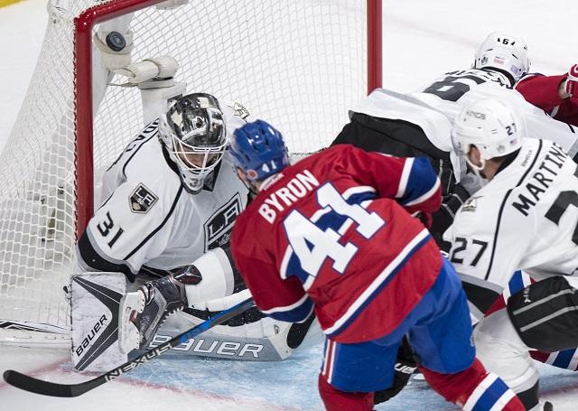 Hokejista Montrealu Canadiens Paul Byron prekonáva brankára Los Angeles Kings Slováka Petra Budaja v zápase zámorskej hokejovej NHL Montreal Canadiens - Los Angeles Kings v kanadskom meste Montreal