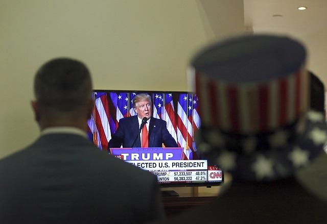 Ľudia sledujú príhovor nového amerického prezidenta Donalda Trumpa