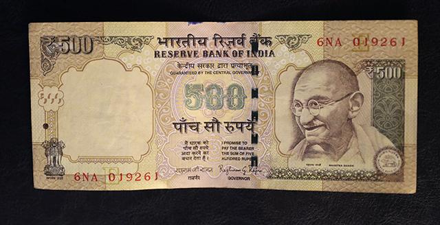 Na snímke 500 indických rupií (6,82 eur)