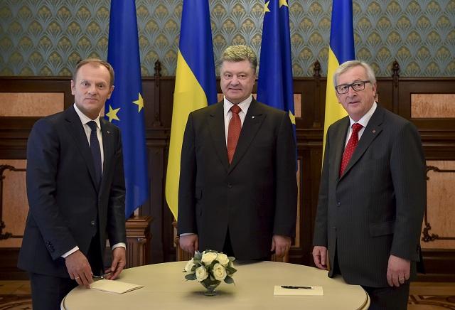 Na archívnej snímke ukrajinský prezident Petro Porošenko (v strede), predseda Európskej rady Donald Tusk (vľavo) a predseda Európskej komisie Jean-Claude Juncker pózujú počas summitu EÚ-Ukrajina