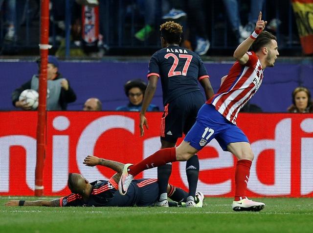 Na snímke vpravo hráč Atletica Saúl Níguez oslavuje svoj úvodný gól v prvom zápase semifinále Ligy majstrov vo futbale Atletico Madrid – Bayern Mníchov
