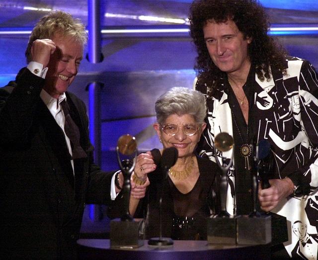 Na archívnej snímke hráč na bicie z legendárnej skupiny Queen Roger Taylor /vľavo/, gitarista Queen Brian May /vpravo/ a matka zosnulého Freddieho Mercuryho Jer Bulsara /v strede/ na slávnostnom uvedení skupiny Queen do rock´n ´rollovej siene slávy v New Yorku 19.marca 2001