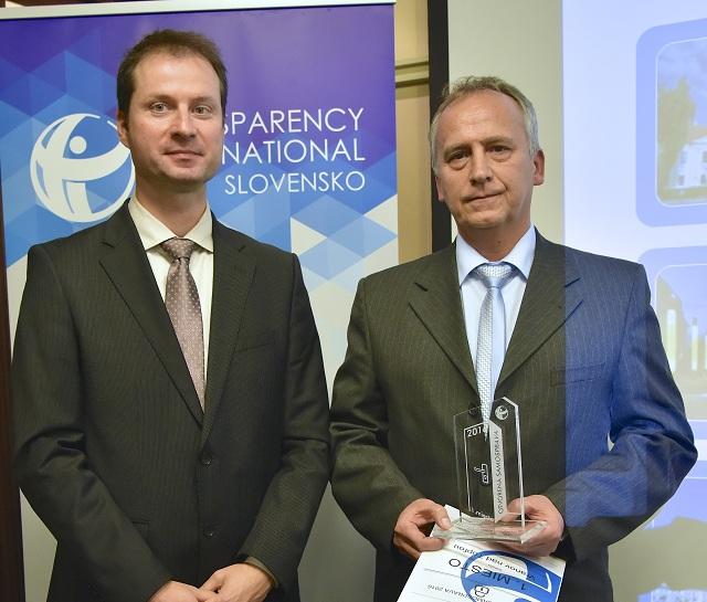 Na snímke zľava riaditeľ Transparency International Slovensko (TIS) Gabriel Šípoš a  prednosta Mestského úradu (MsÚ) vo Vranove nad Topľou Imrich Kónya počas odovzdávania ocenení Otvorená samospráva 2016, v ktorej sa mesto Vranov nad Topľou umiestnilo na 1. mieste