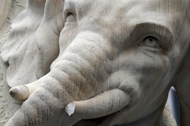 Na snímke poškodený mramorový slon s egyptským obeliskom, ktorý sa nachádza na námestí Piazza della Minerva neďaleko Panteónu v Ríme
