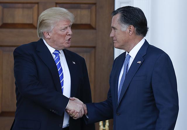 Dezignovaný americký prezident Donald Trump (vľavo) a Mitt Romney