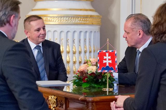 Na snímke prezident SR Andrej Kiska (druhý vpravo) diskutuje s Alexandrom Ballekom, ktorého vymenoval za predsedu Štatistického úradu