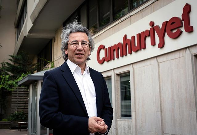 Na archívnej snímke z 26. novembra 2015 je šéfredaktor tureckého denníka Cumhuriyet (Republika) Can Dundar.