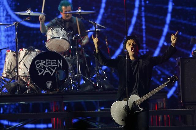 Americká punkrocková hudobná kapela Green Day počas vystúpenia na udelení európskych hudobných cien MTV Europe Music Awards (EMA), na ktorom si prevzala ocenenie globálna ikona v holandskom Rotterdame 6. novembra 2016. Udelenie cien sa koná každý rok v inom európskom meste. Víťazov vyberajú fanúšikovia z celého kontinentu